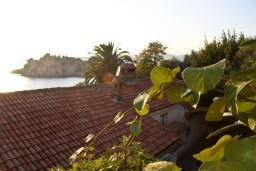 Вид на море. Черногория, Святой Стефан : Апартаменты на 4 персоны с видом на море, 100 метров от пляжа