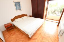 Спальня. Черногория, Булярица : Апартаменты с отдельной спальней, с 2-мя балконами