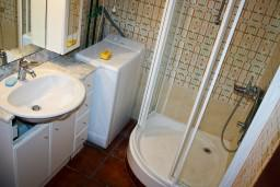 Ванная комната. Черногория, Булярица : Апартаменты на 5 персон, 2 спальни