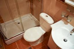 Ванная комната. Черногория, Булярица : Апартамент в Булярице в 150 метрах от моря