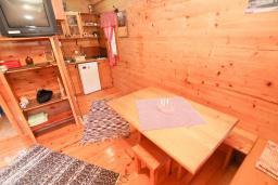 Гостиная. Черногория, Булярица : Деревянный домик с кухней и двумя отдельными спальнями