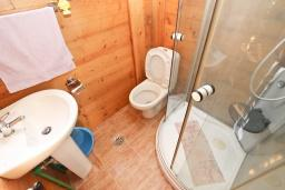 Ванная комната. Черногория, Булярица : Деревянный домик с кухней и двумя отдельными спальнями