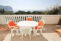 Вид на море. Черногория, Булярица : Студия с балконом с видом на море, 10 метров от пляжа