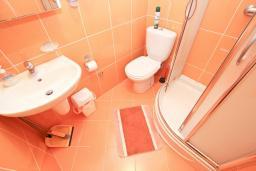 Ванная комната. Черногория, Булярица : Студия с балконом с видом на море, 10 метров от пляжа