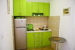 Кухня. Черногория, Булярица : Апартамент с отдельной спальней, с балконом с видом на море, 10 метров от пляжа
