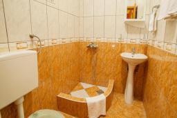 Ванная комната. Черногория, Булярица : Двухместный номер с балконом