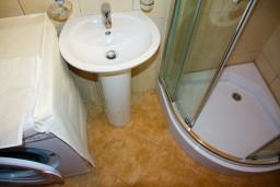 Ванная комната. Черногория, Будва : Студия в Будве с террасой