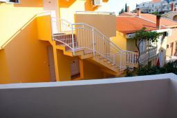 Вид. Черногория, Будва : Студия с балконом в 500 метрах от моря
