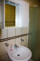 Ванная комната. Черногория, Будва : Студия с балконом в 500 метрах от моря