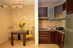 Кухня. Черногория, Доброта : Апартаменты с отдельной спальней и террасой с видом на море