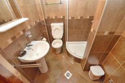 Ванная комната. Черногория, Доброта : Апартаменты с отдельной спальней и террасой с видом на море