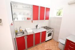 Кухня. Черногория, Доброта : Апартаменты с отдельной спальней, с террасой с шикарным видом на море, 30 метров от пляжа
