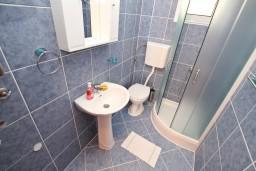 Ванная комната. Черногория, Доброта : Апартаменты с отдельной спальней, с террасой с шикарным видом на море, 30 метров от пляжа