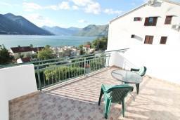 Терраса. Черногория, Доброта : Апартаменты с отдельной спальней, с террасой с шикарным видом на море, 30 метров от пляжа
