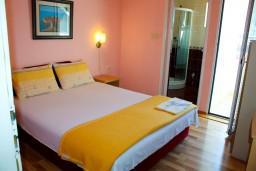 Черногория, Котор : Комната на 2 персоны с кондиционером, с видом на море, 50 метров от пляжа