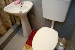 Ванная комната. Черногория, Котор : Апартамент в Которе на первом этаже в 50 метрах от пляжа