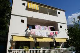 Фасад дома. Черногория, Котор : Апартамент в Которе на первом этаже в 50 метрах от пляжа