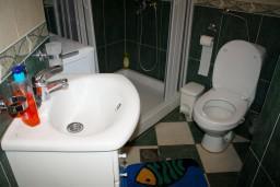 Ванная комната. Черногория, Котор : Апартаменты на 7 персон с видом на море, 2 спальни