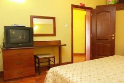 Спальня. Черногория, Муо : Апартамент у моря, c видом на залив