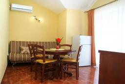 Гостиная. Черногория, Муо : Апартамент у моря, c видом на залив