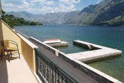 Вид на море. Черногория, Муо : Апартамент у моря, c видом на залив