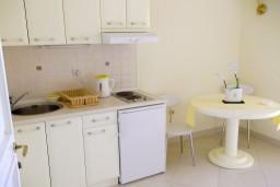 Кухня. Черногория, Герцег-Нови : Студия с видом на море, 100 метров от пляжа