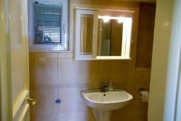 Ванная комната. Черногория, Герцег-Нови : Студия с видом на море, 100 метров от пляжа