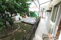 Терраса. Черногория, Игало : Апартамент на первом этаже, на вилле с зелёным садом и детской площадкой в 15 метрах от моря