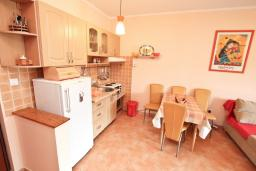Кухня. Черногория, Игало : Апартамент с видом на море,  на вилле c зелёным садом и детской площадкой в 15 метрах от моря