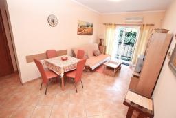 Гостиная. Черногория, Игало : Апартамент на первом этаже, на вилле c зелёным садом и детской площадкой в 15 метрах от моря
