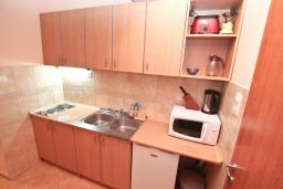 Кухня. Черногория, Игало : Апартамент на первом этаже, на вилле c зелёным садом и детской площадкой в 15 метрах от моря