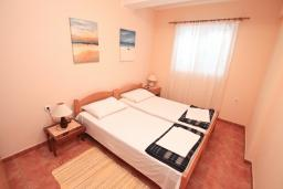 Спальня. Черногория, Игало : Апартамент на первом этаже, на вилле c зелёным садом и детской площадкой в 15 метрах от моря