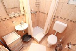 Ванная комната. Черногория, Игало : Апартамент на первом этаже, на вилле c зелёным садом и детской площадкой в 15 метрах от моря