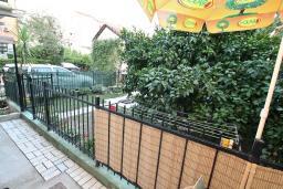 Терраса. Черногория, Игало : Апартамент на первом этаже, на вилле c зелёным садом и детской площадкой в 15 метрах от моря