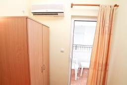 Спальня. Черногория, Мельине : Комната для 2 человек, с балконом с видом на море
