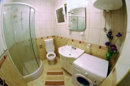 Ванная комната. Черногория, Тиват : Студия с шикарным видом на море