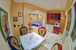 Студия (гостиная+кухня). Черногория, Тиват : Студия на первом этаже с видом на море