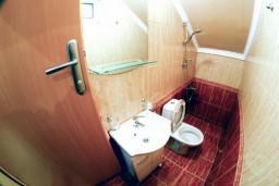 Ванная комната. Черногория, Тиват : Студия на первом этаже с видом на море