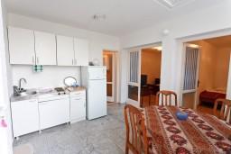 Гостиная. Черногория, Обала Джурашевича : Апартамент для 6 человек с двумя отдельными спальнями, с балконом и видом на море