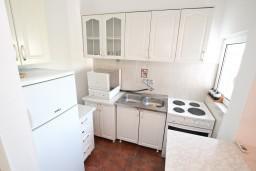 Кухня. Черногория, Обала Джурашевича : Апартамент для 4-6 человек, с двумя отдельными спальнями, с балконом и шикарным видом на море, возле пляжа