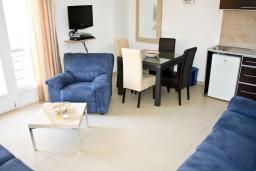 Гостиная. Черногория, Кумбор : Современный апартамент на вилле с бассейном