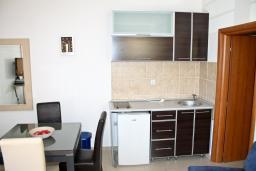 Кухня. Черногория, Кумбор : Современный апартамент на вилле с бассейном