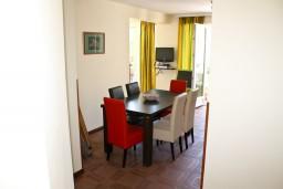 Гостиная. Черногория, Кумбор : Апартамент ARUBA c 2-мя спальними с балконом и видом на море