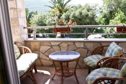 Балкон. Черногория, Кумбор : Апартамент ARUBA c 2-мя спальними с балконом и видом на море