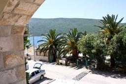 Вид на море. Черногория, Кумбор : Апартамент ARUBA c 2-мя спальними с балконом и видом на море