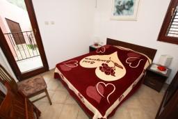 Спальня. Черногория, Каменово : Апартамент с отдельной спальней, с террасой с видом на море