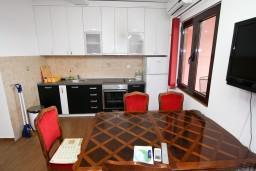 Кухня. Черногория, Каменово : Люкс апартамент на 4-7 персоны, с 2 спальнями и балконом с видом на море