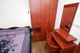 Спальня. Черногория, Каменово : Люкс апартамент на 4-7 персоны, с 2 спальнями и балконом с видом на море
