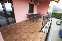 Терраса. Черногория, Каменово : Люкс апартамент на 4-7 персоны, с 2 спальнями и балконом с видом на море