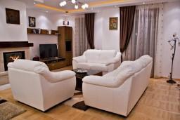 Гостиная. Черногория, Дженовичи : Апартамент для 6-8 человек, с большой гостиной, с тремя отдельными спальнями, с тремя ванными комнатами, с балконом и видом на море, 55 метров до пляжа
